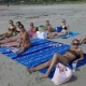 Безработни момичета си почиват на плажа преди да започнат да си търсят работа